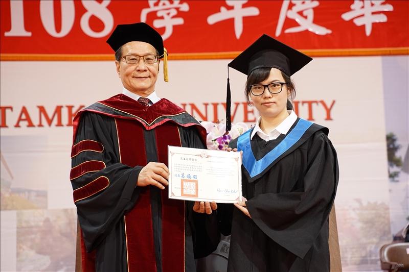 榮獲操行獎的尖端材料科學學士學位學程劉維欣(右)代表上台接受葛煥昭校長(左)頒獎。(攝影/淡江時報社羅偉齊)