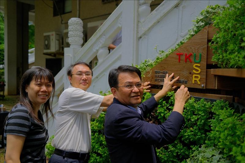 學術副校長何啟東(右1)與學務長林俊宏(右2)共同為香草花園掛牌。(圖/USR辦公室提供)