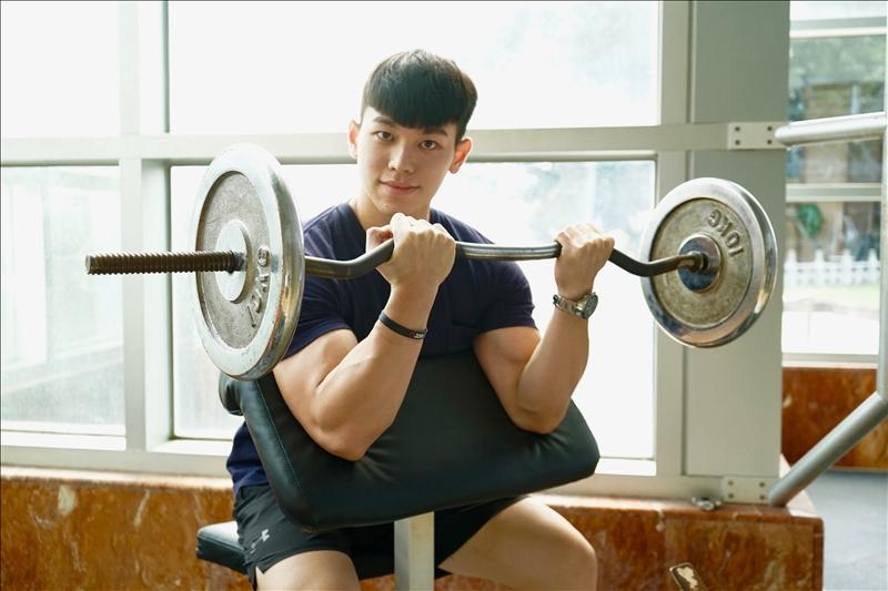 風保四陳英豪首次出征中華民國大專院校108學年度健美錦標賽,成功抱回「174cm男子形體組」冠軍、「175cm男子古典健美組」第三名。(攝影/淡江時報社麥麗雯)