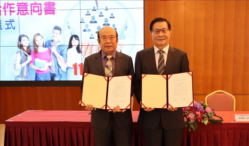 本校與1111人力銀行產學合作,由葛煥昭校長(右)與1111總裁林文雄(左)共同簽訂合作意向書。(攝影/淡江時報社潘劭愷)
