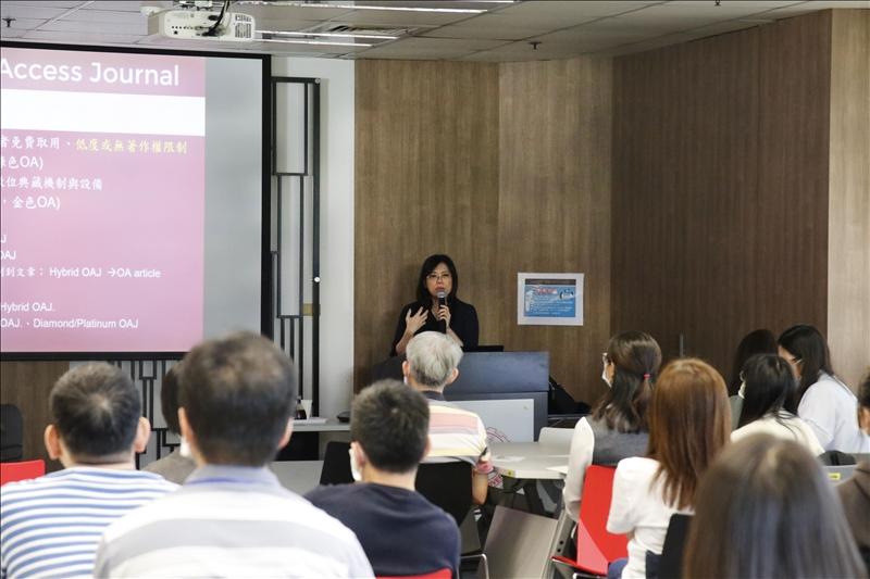 資圖系副教授林雯瑤分享如何進行安全選擇與投稿。(攝影/鄧晴)