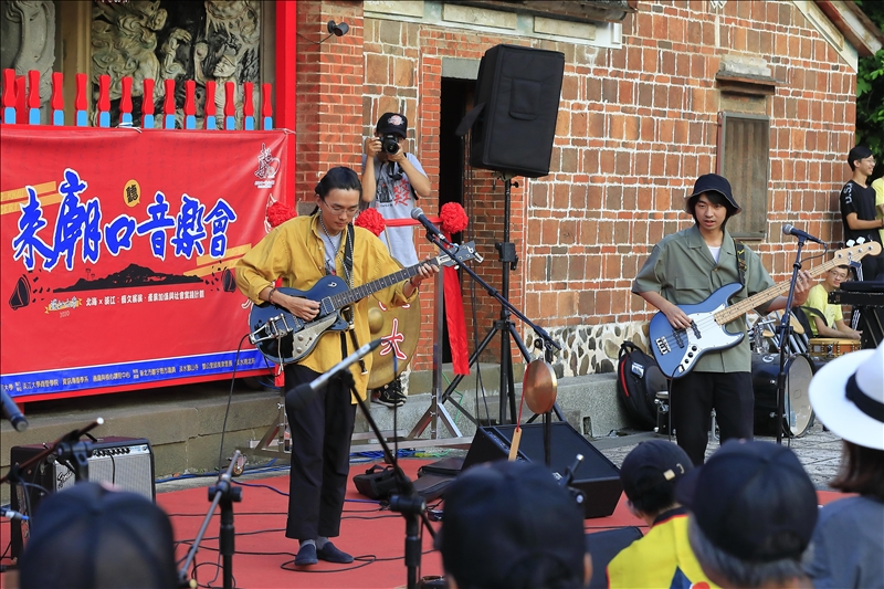 百合花樂團受邀於「來廟口聽音樂會」中演出。(攝影/游晞彤)