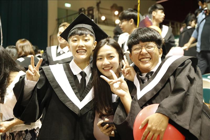 畢業生們開心合影留念。(攝影/淡江時報黃歡歡)