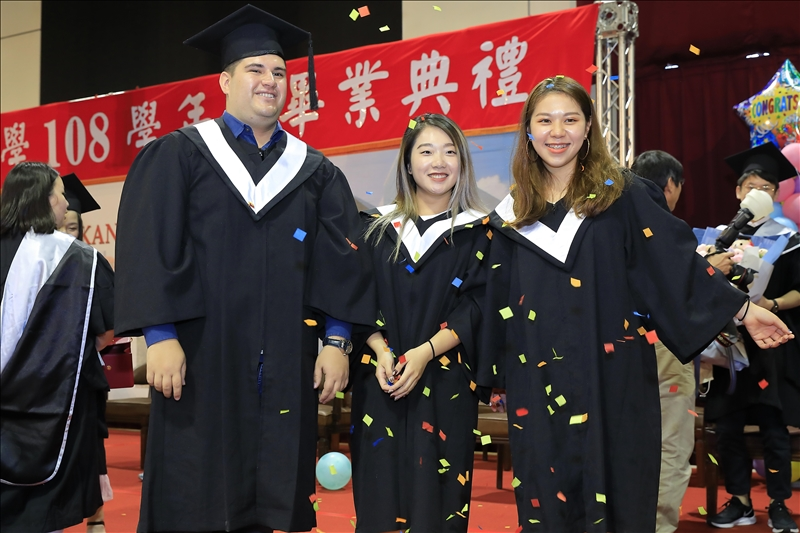 畢業生們開心合影留念。(攝影/淡江時報社游晞彤)