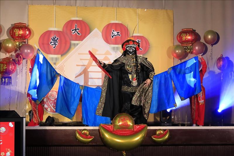 臺灣戲曲學院表演節目「千變萬化」,呈現變臉特技。(攝影/淡江時報社游晞彤)