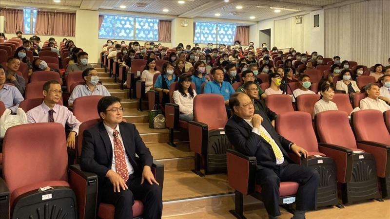 中華民國淡江大學校友總會理事長林健祥(前排右一)長期支持EMBA活動,當天也到場為EMBA新生及校友加油。(圖/商管碩士在職專班提供)