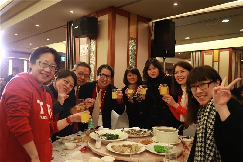 國際事務副校長王高成與國際暨兩岸事務處同仁合影,舉杯祝賀新年快樂(攝影/淡江時報社鍾子靖)
