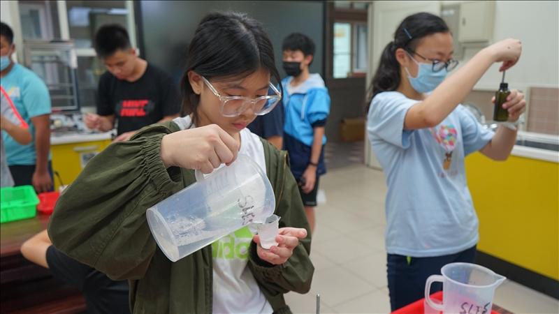 馬祖介壽國中小學生親手自製「屬於我的洗手乳」來配合防疫政策。(圖/科學教育中心提供)