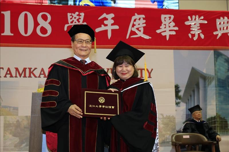 秘書處專員黃千修(右)今年自管科博士班畢業,從葛校長(左)手中接過學位證書。(攝影/淡江時報社游晞彤)