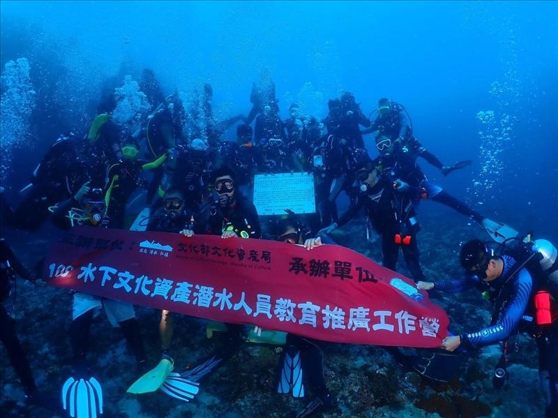 海洋與水下科技主任劉金源協助文化部於綠島「胡佛總統號」沈船處設置全國首座「水下文化資產告示牌」,為水下文化資產保存推動建立起新的里程碑。(圖/海洋與水下科技中心提供)