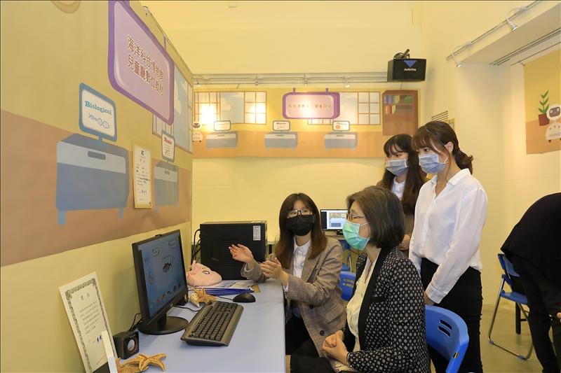 教科系畢展碰上疫情,與會者皆戴上口罩觀展。(攝影/游晞彤)