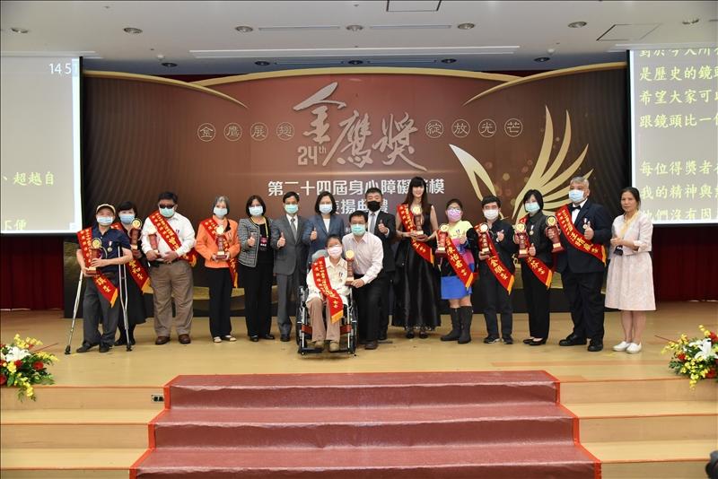 視障中心工程師張金順(右4)與歷史系校友張瓊玉(右6)榮獲第24屆身心障礙楷模金鷹獎,共同出席頒獎典禮。(圖/視障資源中心提供)