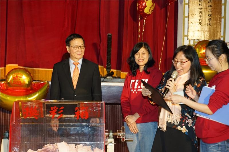葛煥昭校長(左1)抽出校長獎得主。(攝影/淡江時報社廖國融)