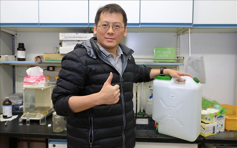 化學系教授謝仁傑,主動製造次氯酸水助校抗疫。(攝影/淡江時報社游晞彤)