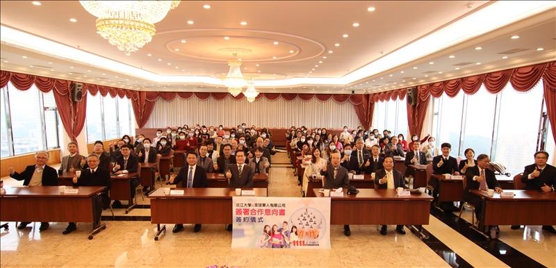 本校與1111人力銀行於12月23日舉行「合作意向書簽約儀式」,正式開始產學合作。(攝影/淡江時報社潘劭愷)