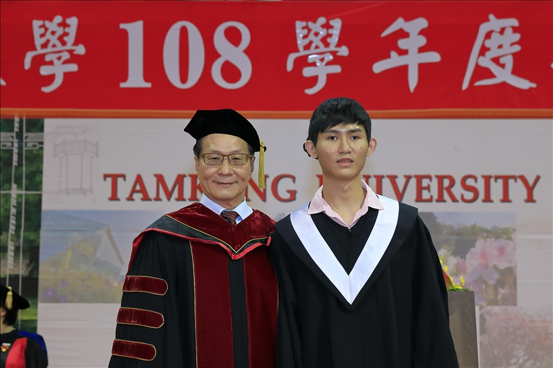 今年畢業生致詞代表中文四黃靖騰(右)與葛煥昭校長(左)合影。(攝影/淡江時報社游晞彤)