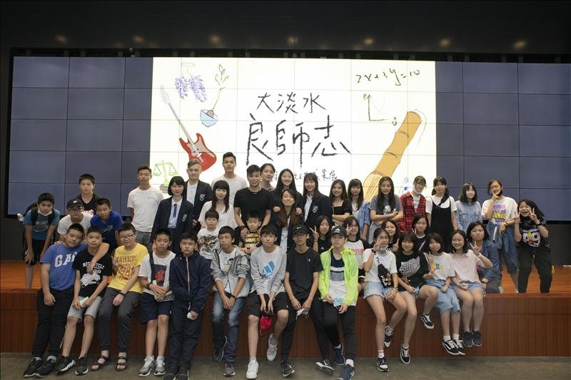 淡江中學學生持地到場支持黃懷恩老師。(攝影/大傳系學生)