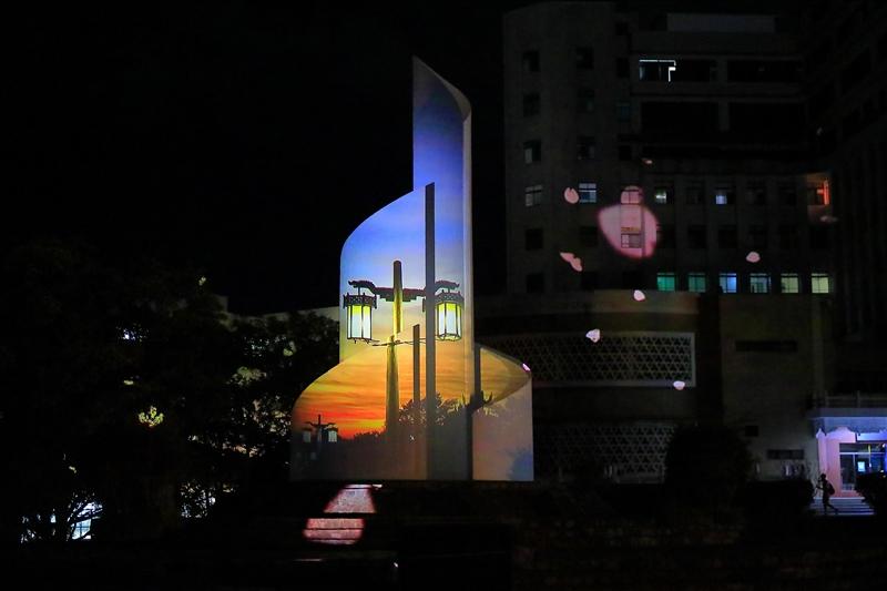 淡江勝景「宮燈夕照」於光雕秀中呈現,淡江兩大勝景同框演出。(攝影/游晞彤)