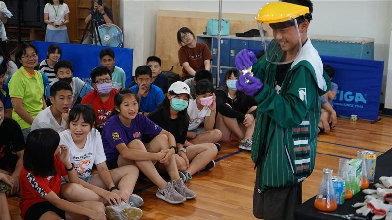 學生上台示範銀鏡反應,其他同學們專注觀察其動作。(圖/科學教育中心提供)