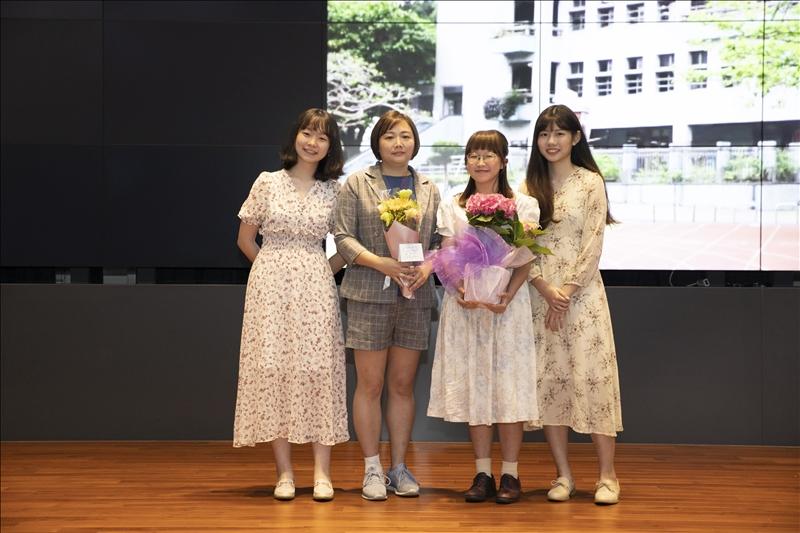 大傳系拍攝學生團隊獻花給鄧公國小黃美娟老師。(攝影/大傳系學生)