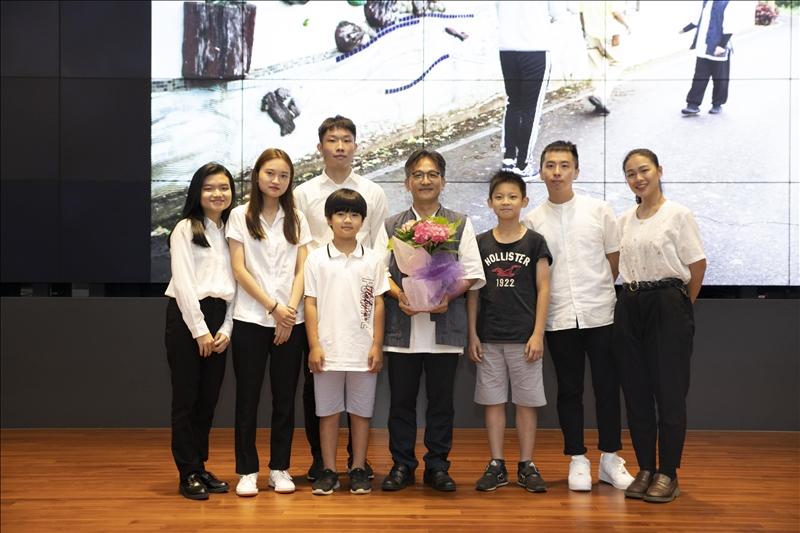大傳系拍攝學生團隊獻花給水源國小杜守正老師。(攝影/大傳系學生)