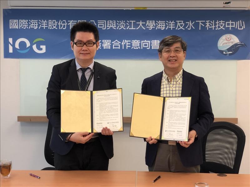 海下中心主任劉金源(右)與國際海洋董事長蔡明格(左)簽訂產學合作MOU。(圖/海洋與水下科技中心提供)