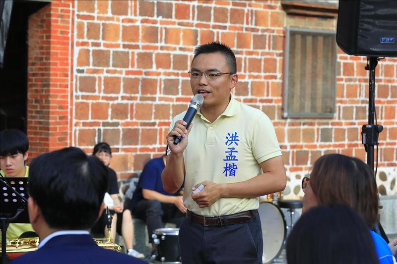 本校於6月13日在鄞山寺舉辦「來廟口聽音樂會」,立法委洪孟楷致詞。(攝影/游晞彤)