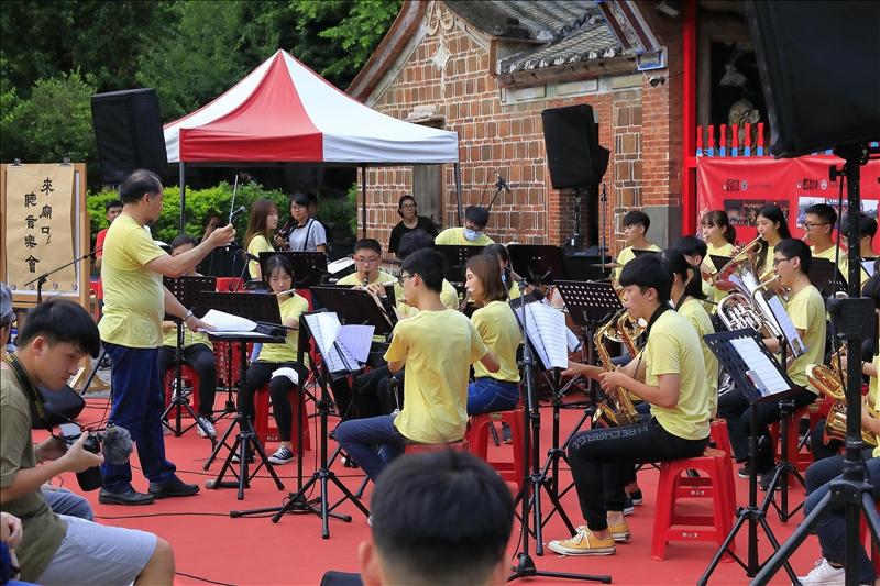 本校管樂團於「來廟口聽音樂會」中演出。(攝影/游晞彤)