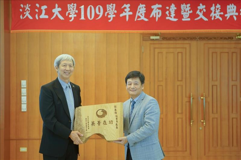 「淡江大學菁英會」卸任孫瑞隆會長(左)頒贈紀念品給該會彭春陽秘書長(右),感謝其兩年來熱心協助會務。(秘書處馮文星拍攝)