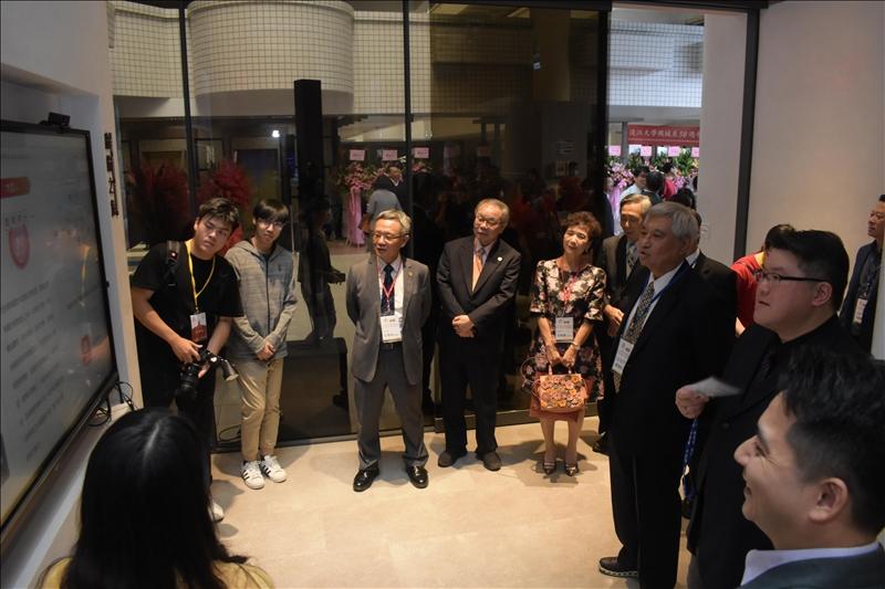 淡江大學於11月7日的70週年校慶活動中,AI創智學院舉辦該院之實境場域的啟用儀式後,校友、貴賓參觀AI創智學院之實境場域。(攝影/淡江時報社高振元)