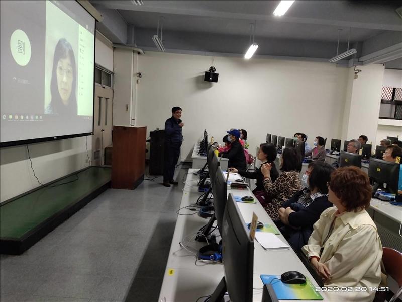 工作坊實境模擬遠距教學,讓與會者體驗如何在線上和學生進行互動及同步教學。(攝影/淡江時報社陳子璿)
