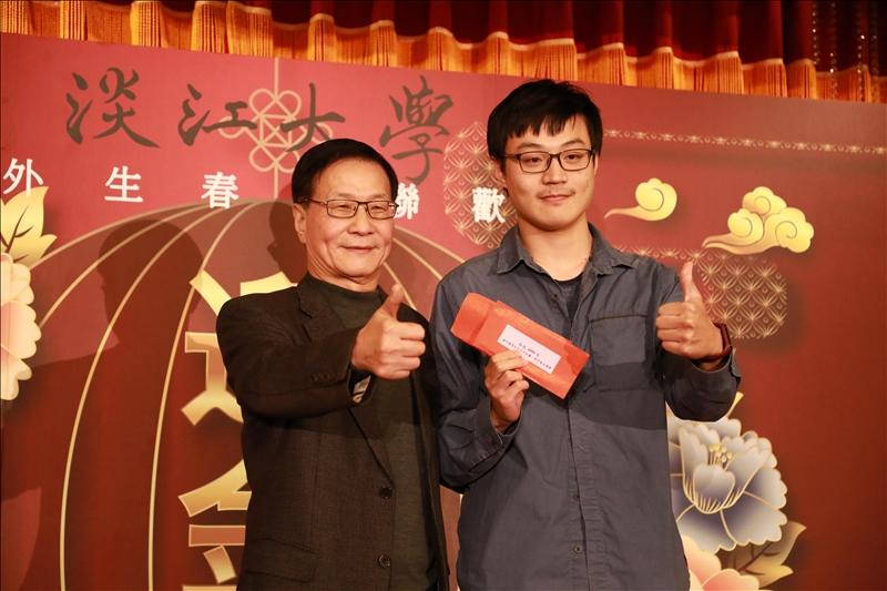 葛校長(左)與最大獎得獎學生合影。(攝影/淡江時報社鍾子靖)