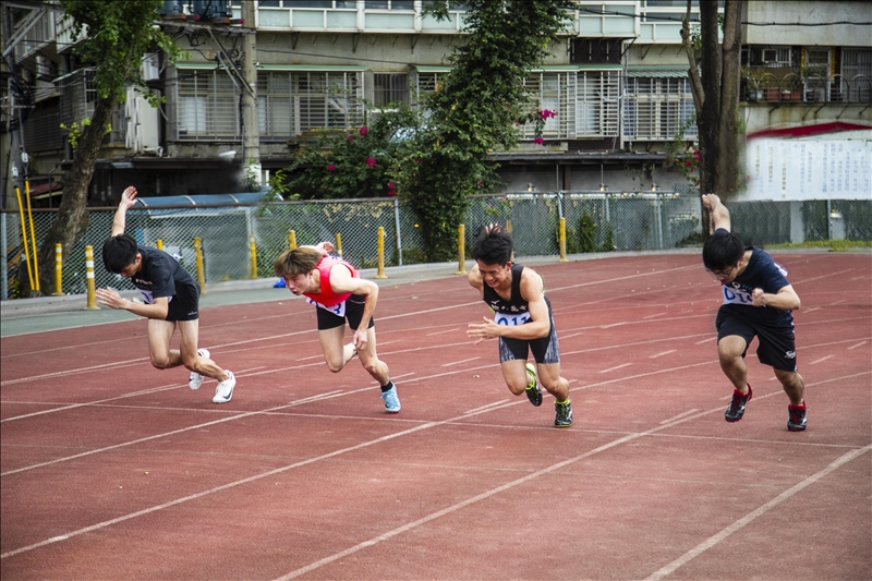 70週年校慶運動大會於11月7日在運動場熱鬧登場,選手在起跑線上奮力前跑。(攝影/淡江時社黃子涵)