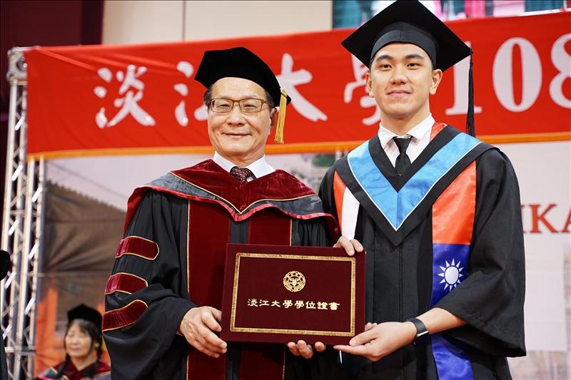 工學院大學部畢業生代表,資工系廖鴻旺上台接受葛煥昭校長(左)頒發學位證書。(攝影/淡江時報社羅偉齊)