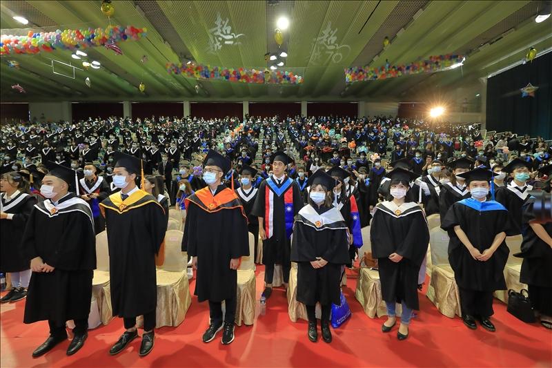 今年畢業典禮配合防疫措施,入場人員皆配戴口罩參加。(攝影/淡江時報社游晞彤)