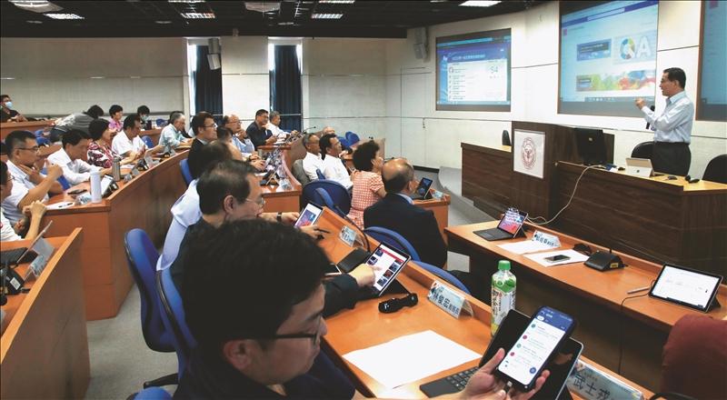 葛煥昭校長在資安會議中說明,將推動數位轉型,打造無紙化智慧雲端校園。(攝影/淡江時報社舒宜萍)