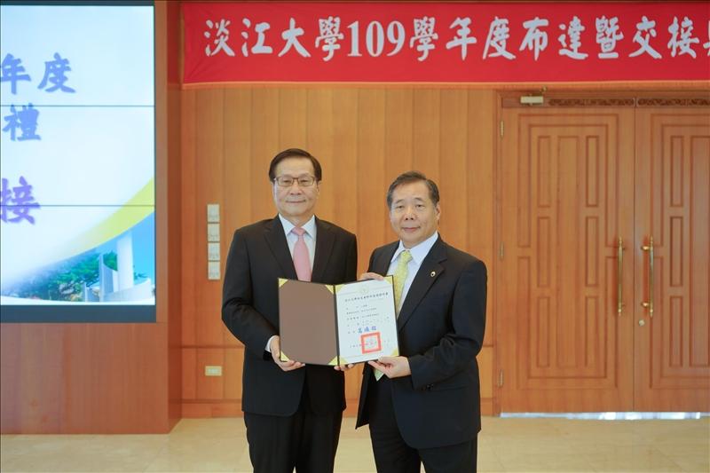 葛煥昭校長(左) 頒發當選證書給「淡江大學菁英會」江誠榮會長(右)。(秘書處馮文星拍攝)