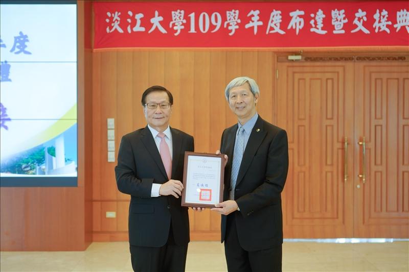 葛煥昭校長(左)頒贈感謝狀給「淡江大學菁英會」孫瑞隆會長(右)。(秘書處馮文星拍攝)