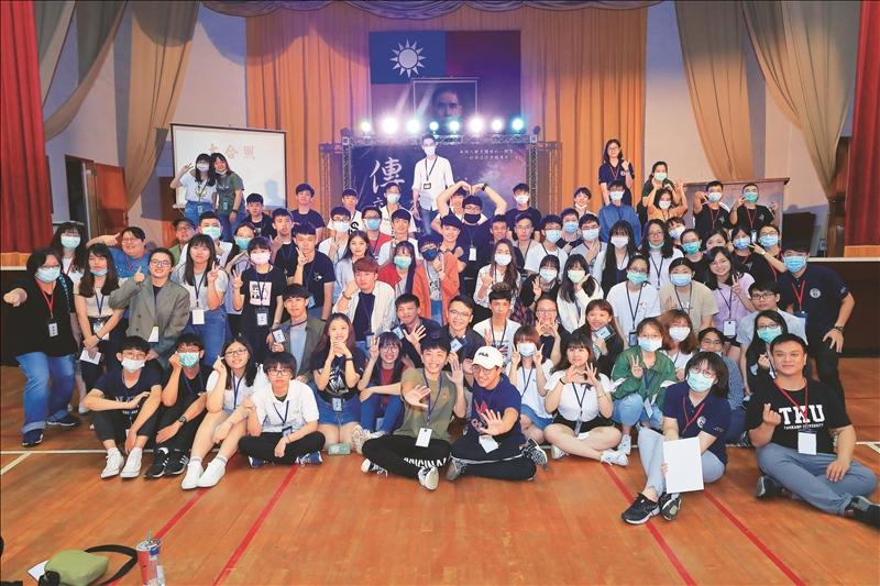 課外組6月9日晚間在學生活動中心舉辦108學年度社團傳承交接典禮「憶起,我們的故事」,近一百位師生到場參加。(攝影/淡江時報社游晞彤)