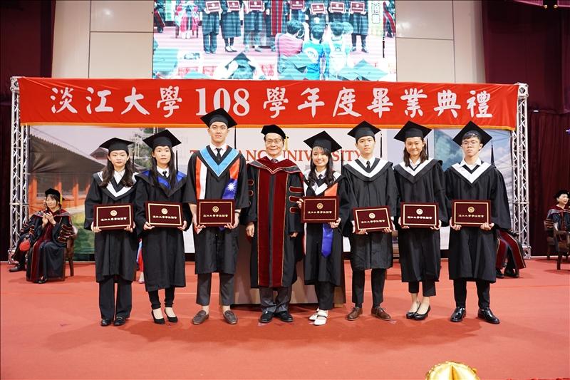 各學院大學部畢業生代表上台接受葛煥昭校長(左四)頒發畢業證書。(攝影/淡江時報社羅偉齊)
