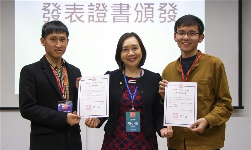 國際長陳小雀(中)頒發論文發表證書予同學。(圖/國際暨兩岸事務處提供)