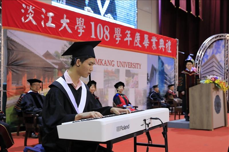 畢業生致詞代表、中文四黃靖騰以鋼琴彈奏「小幸運」樂曲。(攝影/淡江時報社游晞彤)