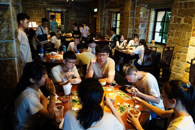 忠明高中師生在合作店家紅樓中餐廳享用專屬忠明的滷肉飯百元套餐。(圖/忠明高中提供)
