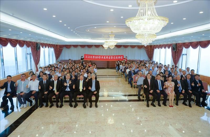 109學年度布達暨單位主管交接典禮,全體參加人員合影。(秘書處馮文星拍攝)