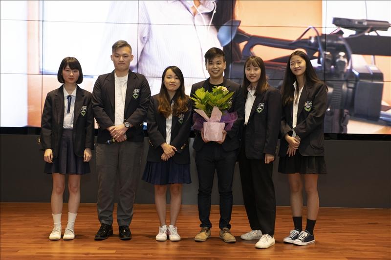 大傳系拍攝學生團隊獻花給淡江中學黃懷恩老師。(攝影/大傳系學生)