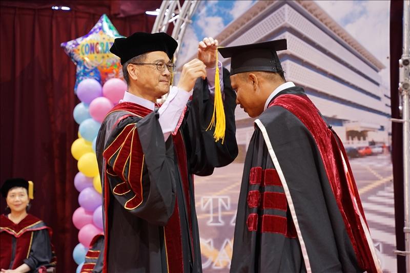 工學院博士班畢業生上台接受院長李宗翰撥穗。(攝影/淡江時報社羅偉齊)