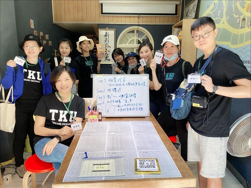 企管系副教授涂敏芬(前左)帶領的淡水好生活團隊就定位。(攝影/高正彥)