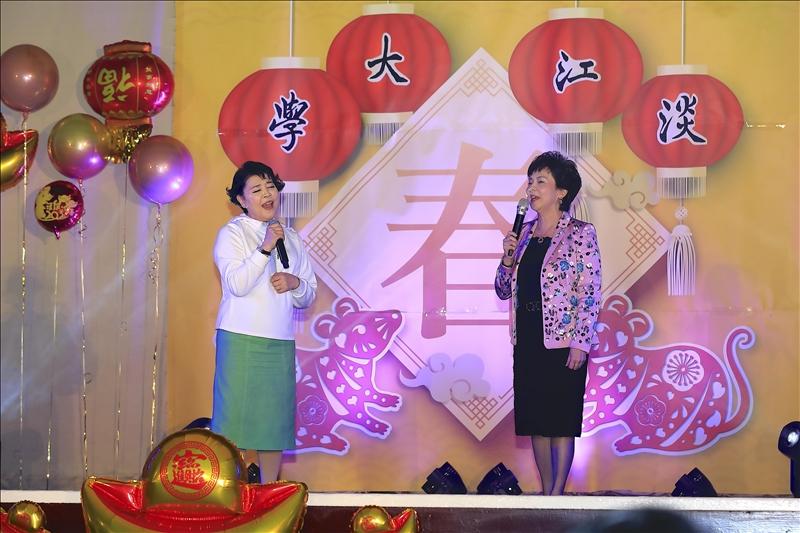 名聲樂家簡文秀與張董事長合唱「月亮代表我的心」。(攝影/淡江時報社游晞彤)