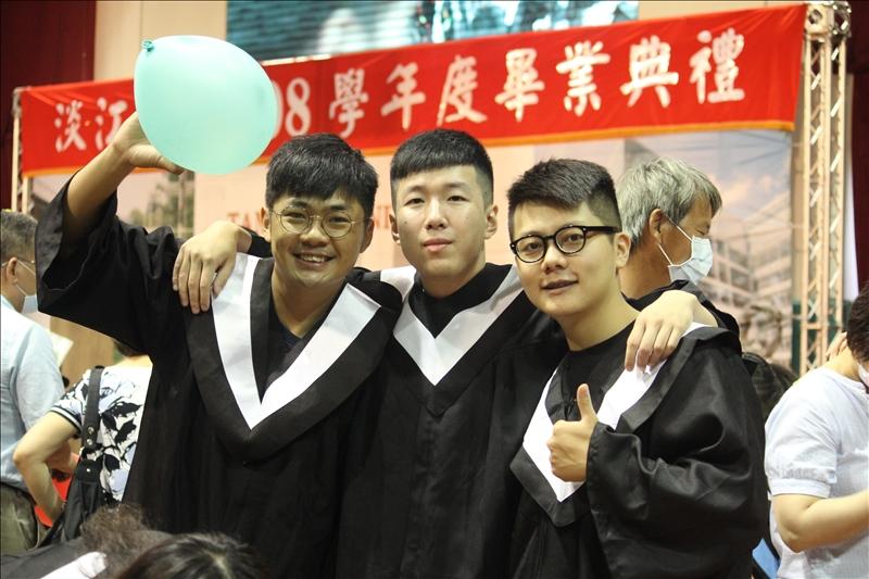 畢業生們開心合影留念。(攝影/淡江時報社蕭羽珊)