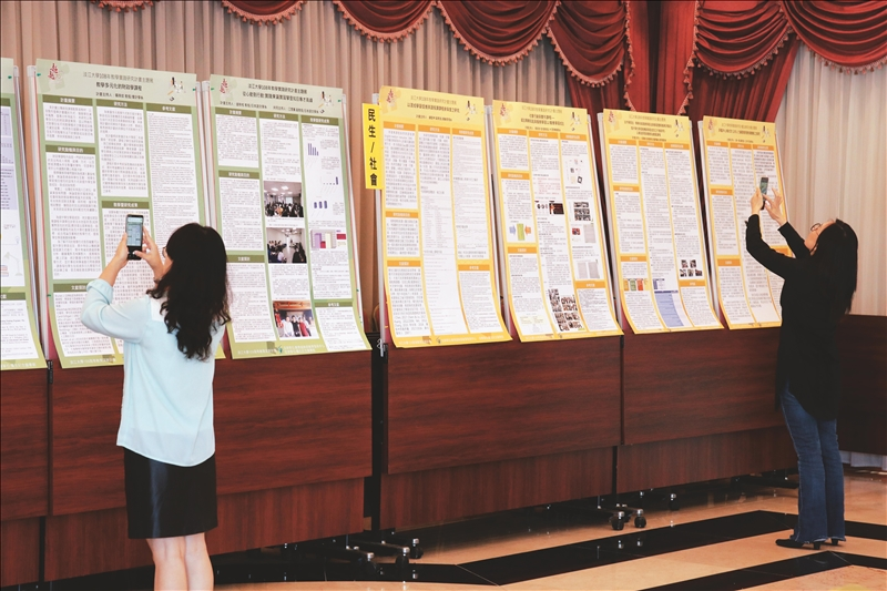 現場另展示成果海報供到場教師參考。(攝影/淡江時報社潘劭愷)